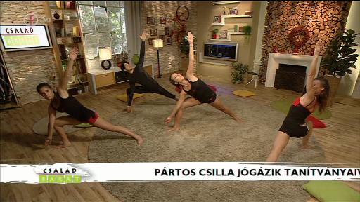 Pártos Csilla jógázik tanítványaival